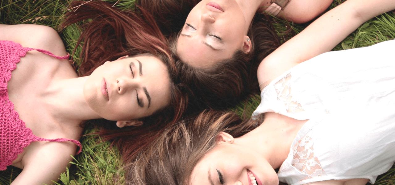 横たわっている3人の外国人女性