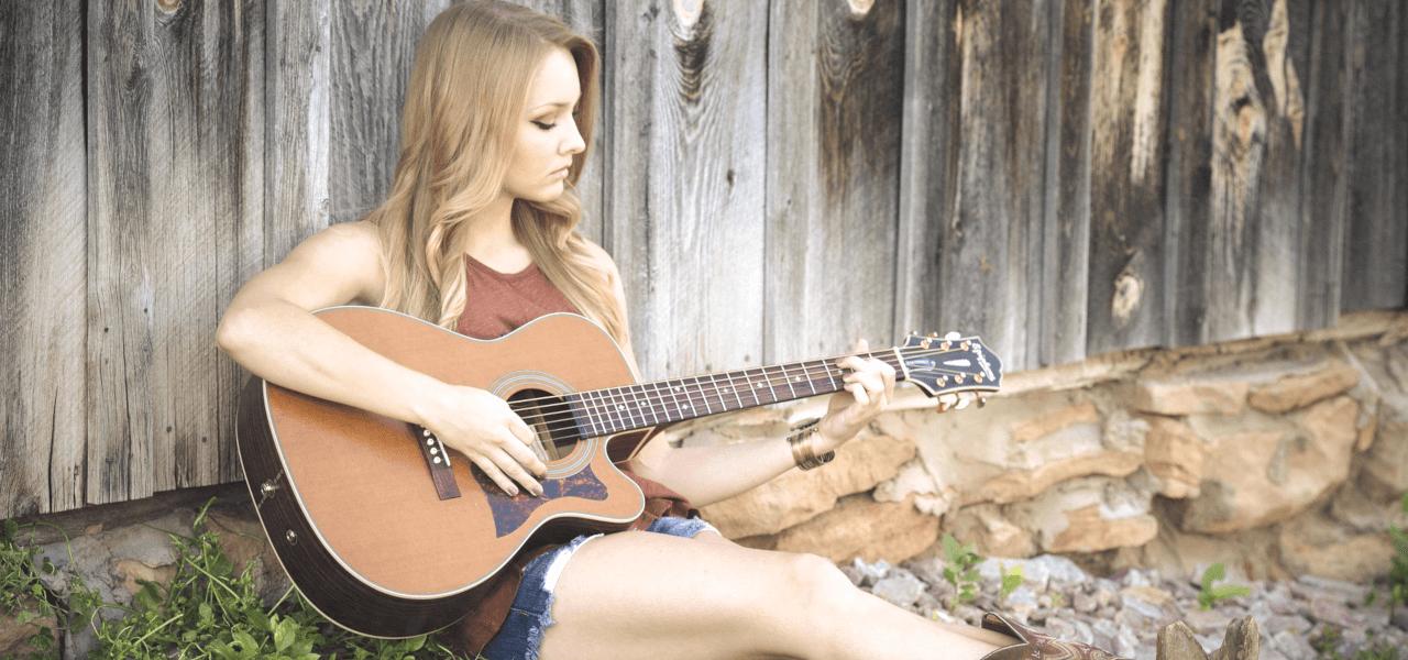 ギターを演奏している外国人の女の子