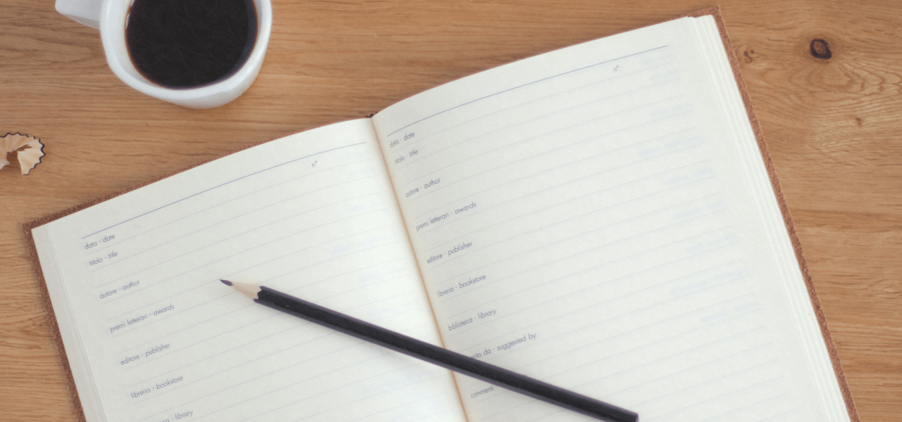机に置かれたノートと鉛筆