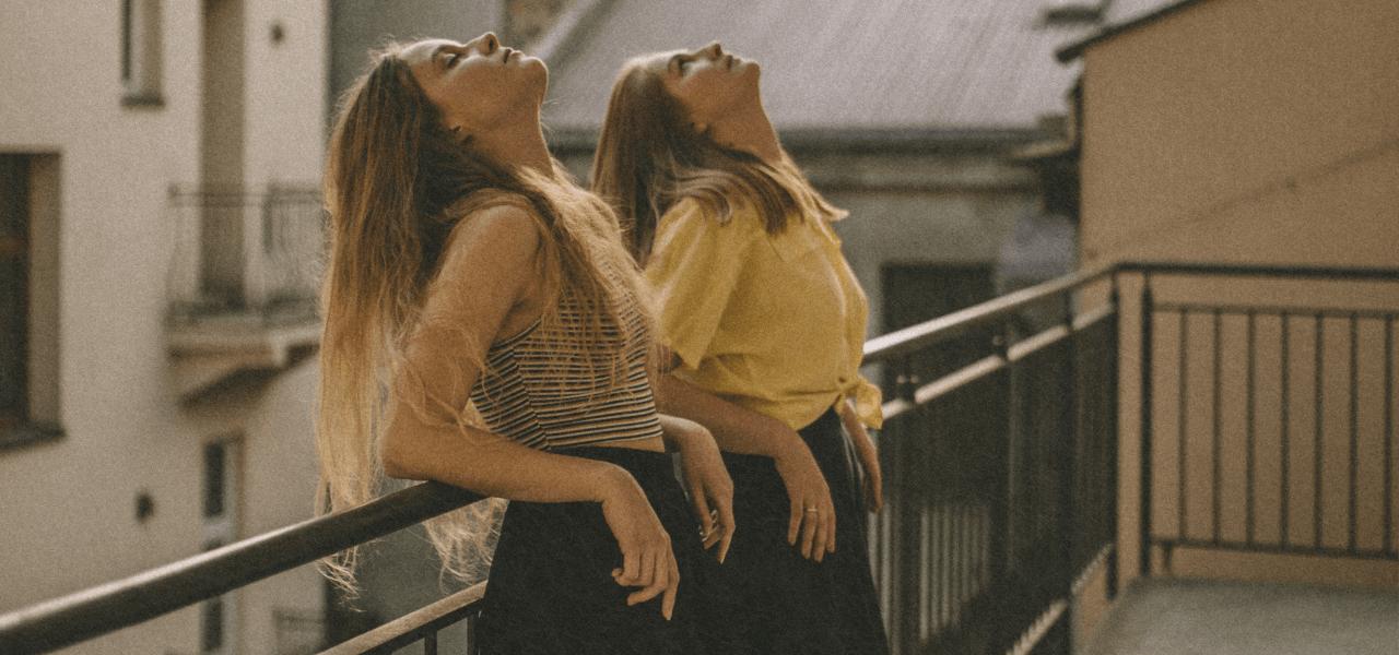 ベランダで空を見上げている2人の女性