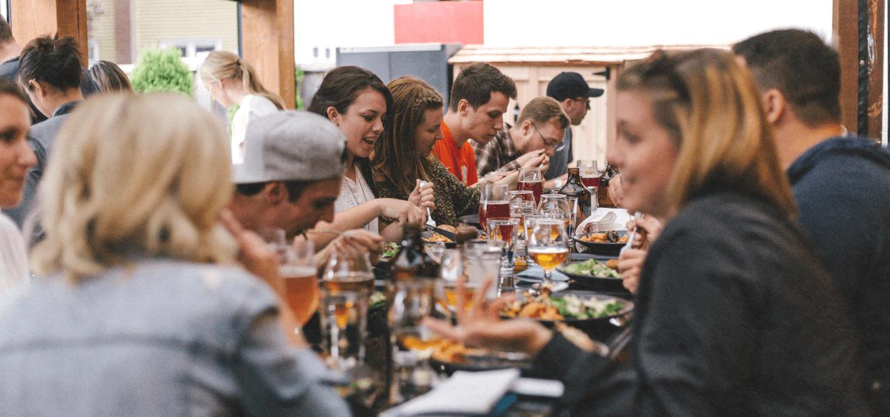 友達と食事をする留学生達