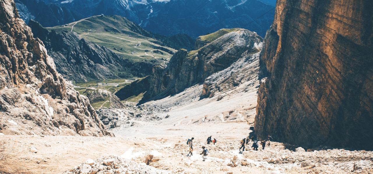 目標を達成することが困難な様子をイメージする渓谷