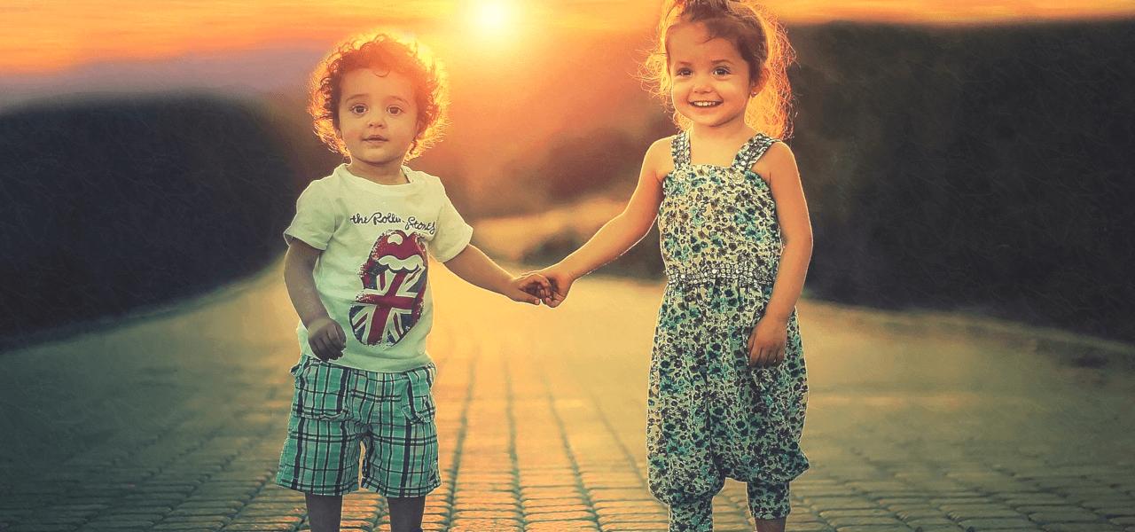 手を取り合う外国人の子供たち