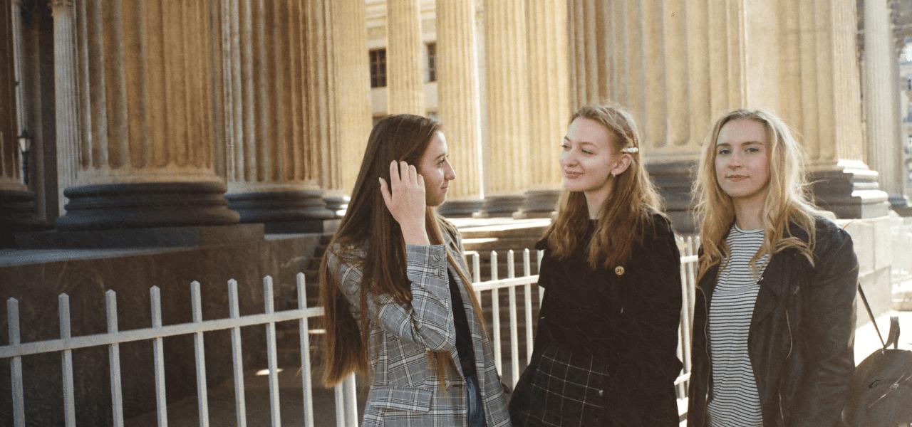 友達と一緒に語り合う外国の女性