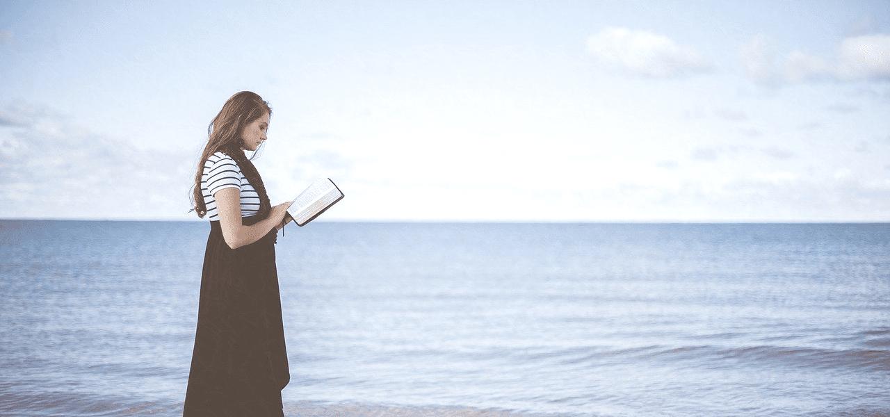 海で将来を考える外国の女性