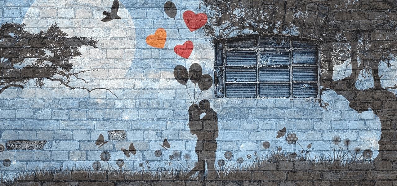 キスをするカップルの壁絵