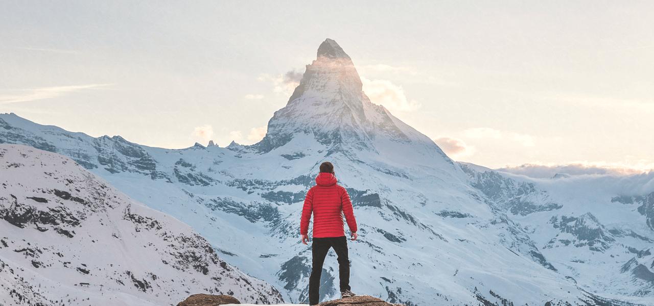 雪山を見上げる男性