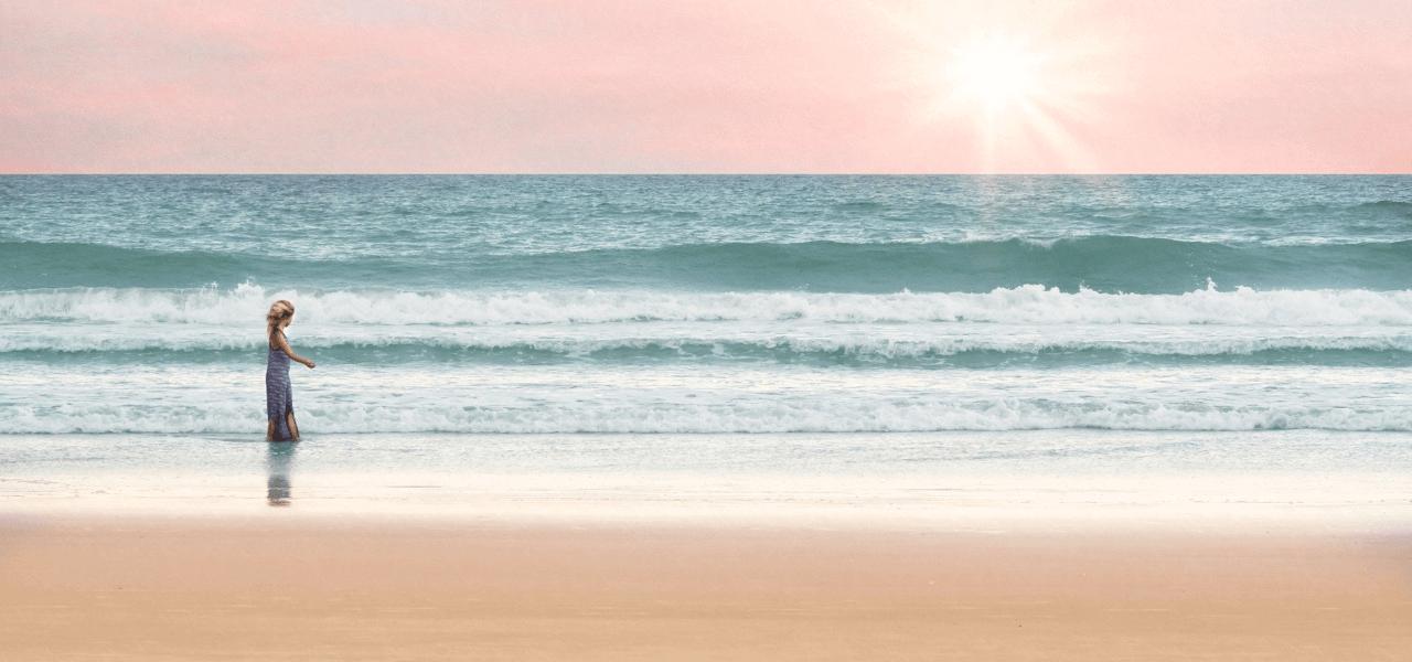 浜辺を歩く留学生