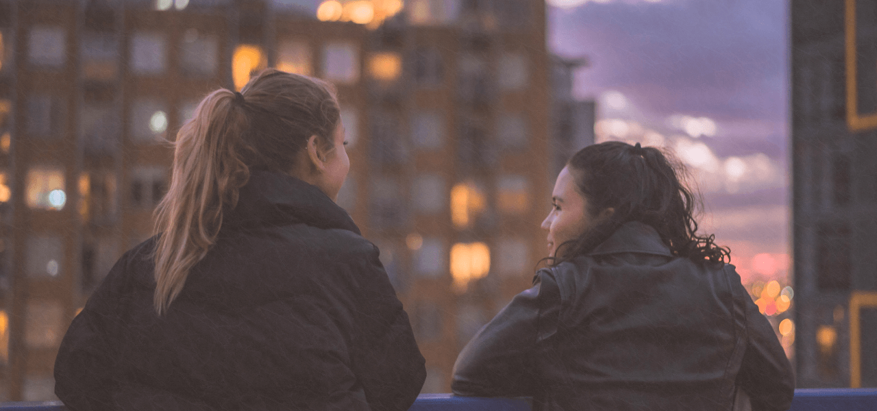 夜景を見ている留学生2人