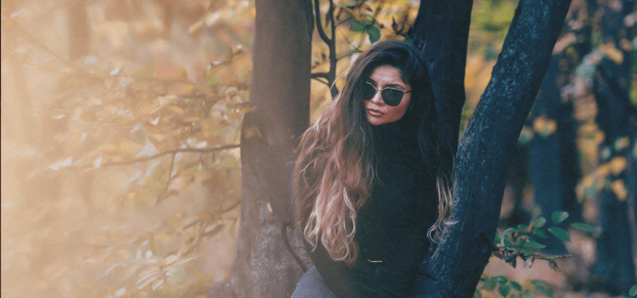 木陰に立っている外国人女性