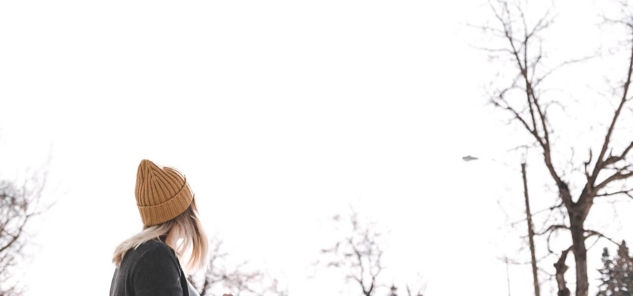 冬空を見上げる留学生の女の子