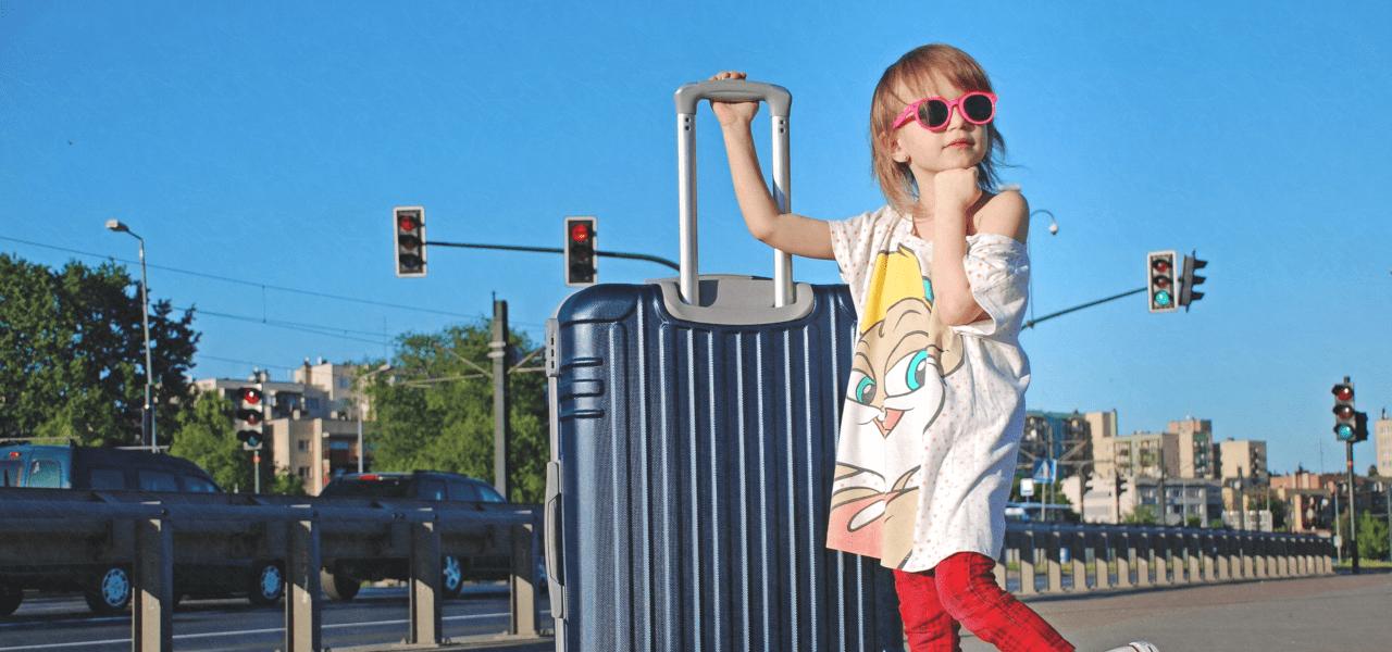 スーツケースを持っている外国の子供