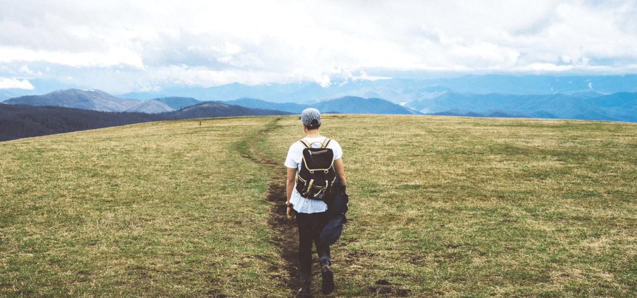 大自然の中を歩いている若者