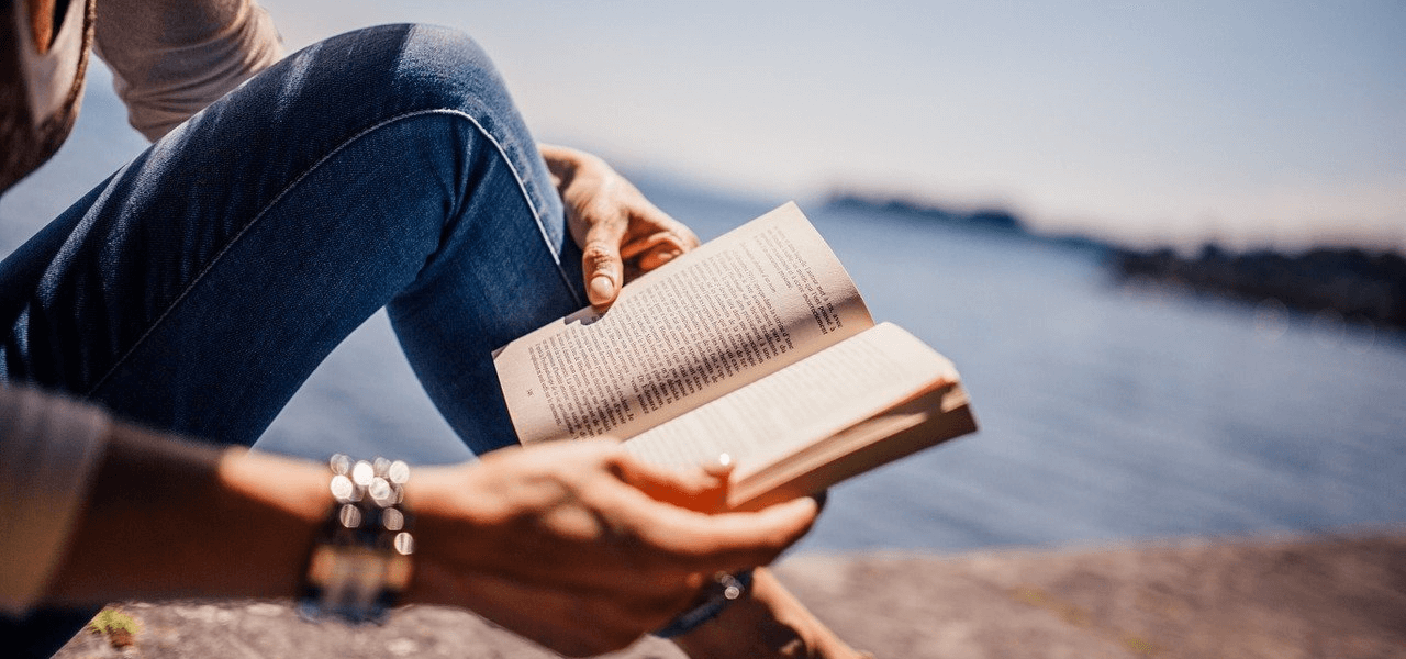将来について本を読みながら考える女性