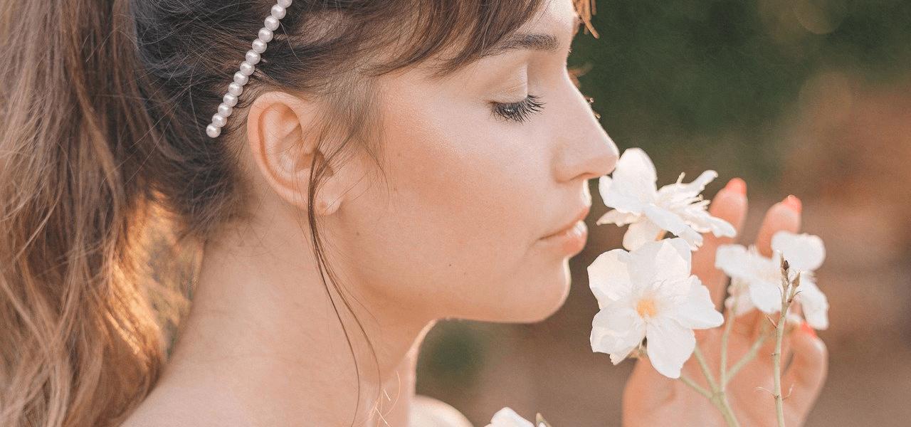 花の香りを楽しむ外国人女性