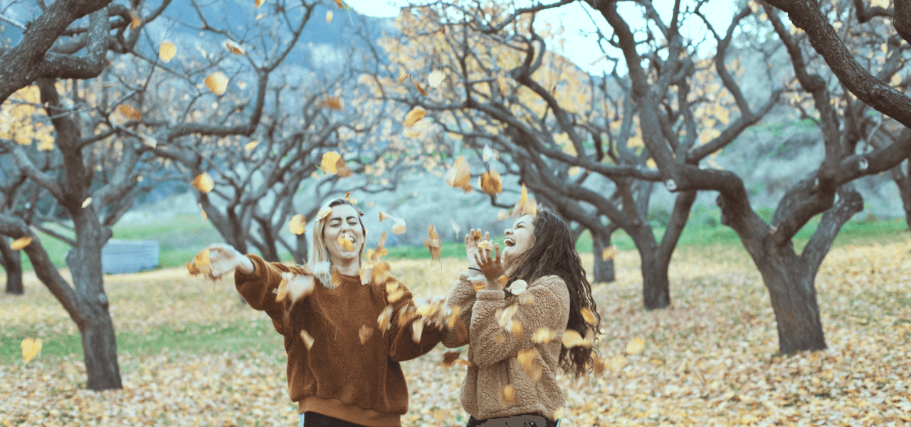 海外の友達同士が落ち葉で遊ぶ様子