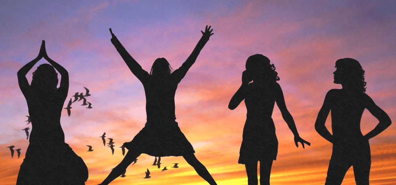 夕焼け空をバックに楽しそうな海外の女性たち
