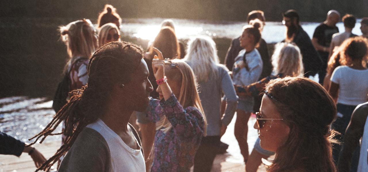 水辺で集まる留学生たち
