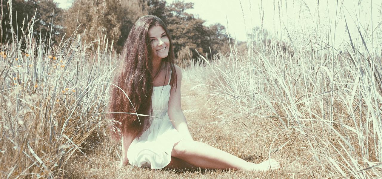 芝生に座る留学生