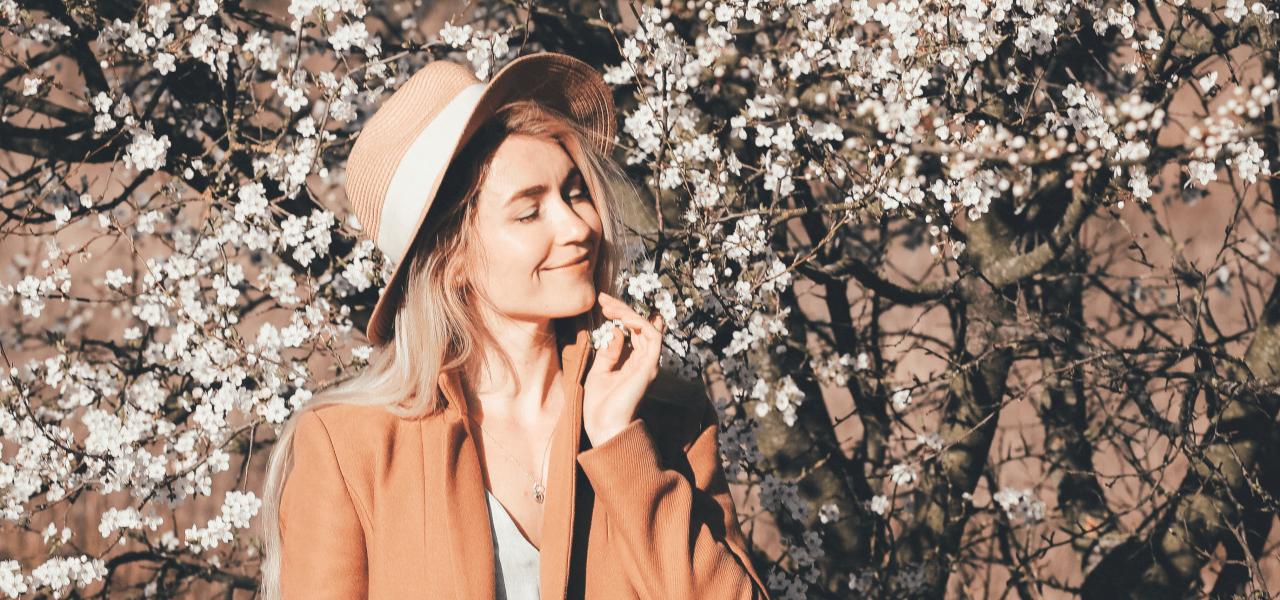 海外で花の前でポーズを取る女性