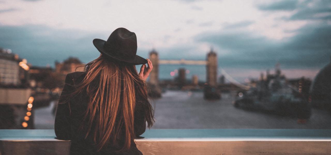 海外で橋を眺める外国人女性