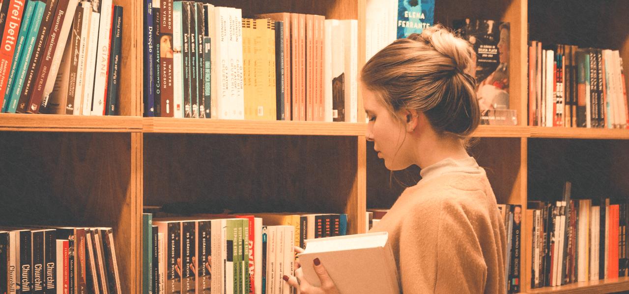 図書館で本を選んでいる外国の女性