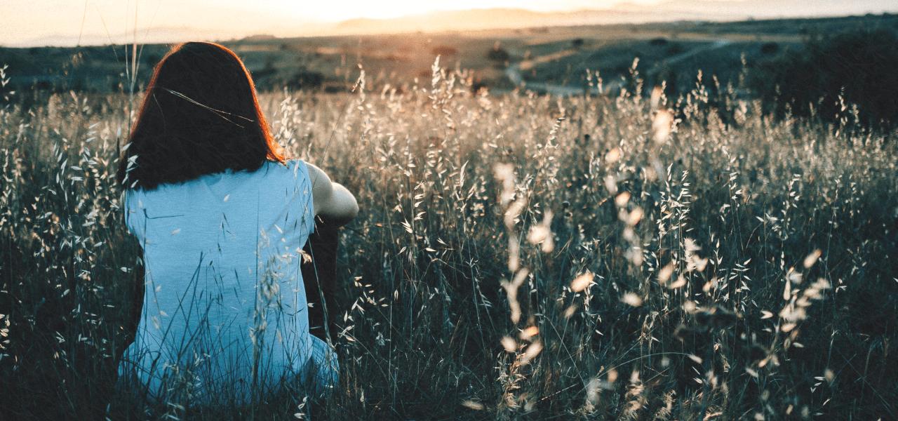 夕日を眺める留学生の女の子