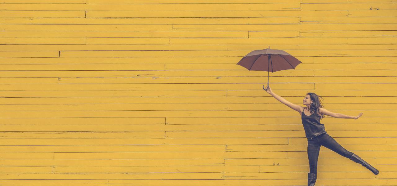 傘をさしている留学生の女の子