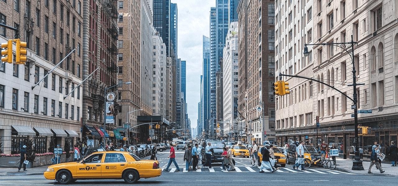 海外のオフィス街の横断歩道を行き交う人々