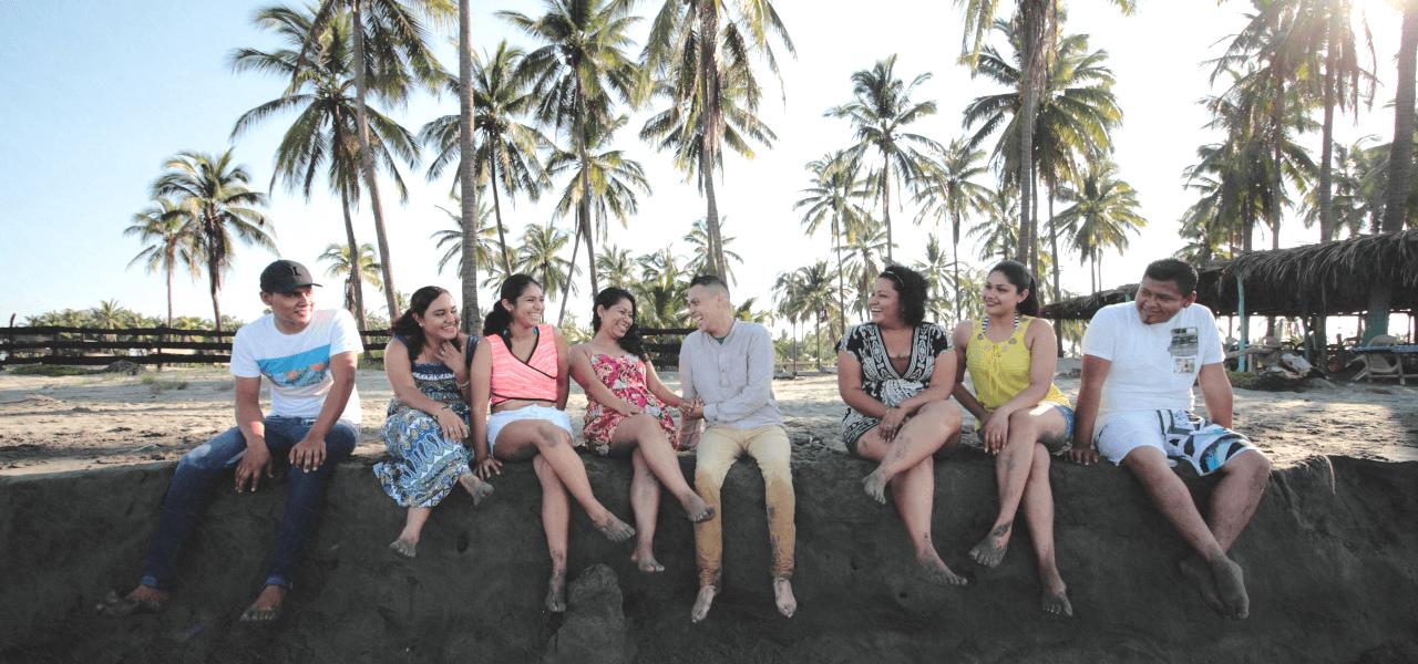 ビーチで談笑する留学生達