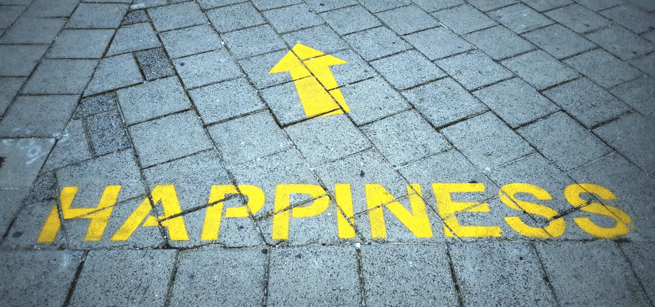 HAPPINESSと書かれた道