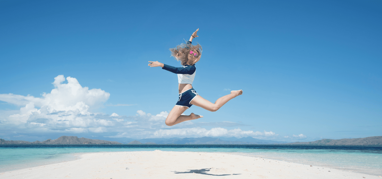 海外のビーチを楽しむ女性