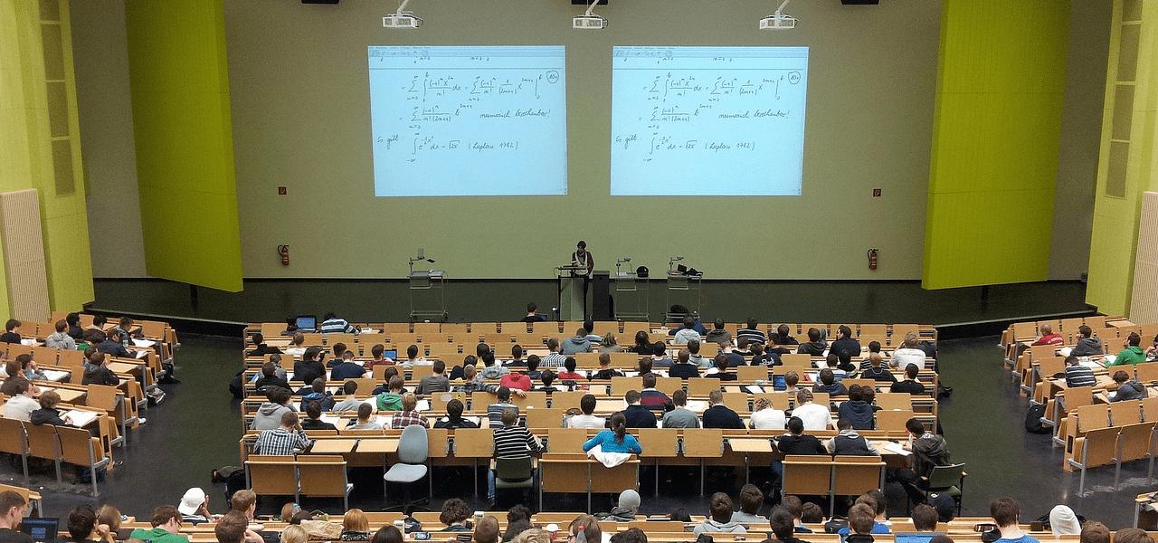 大学で講義を受けるイメージ