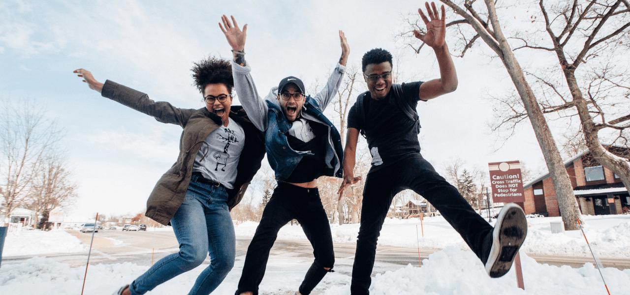 ジャンプしている3名の留学生
