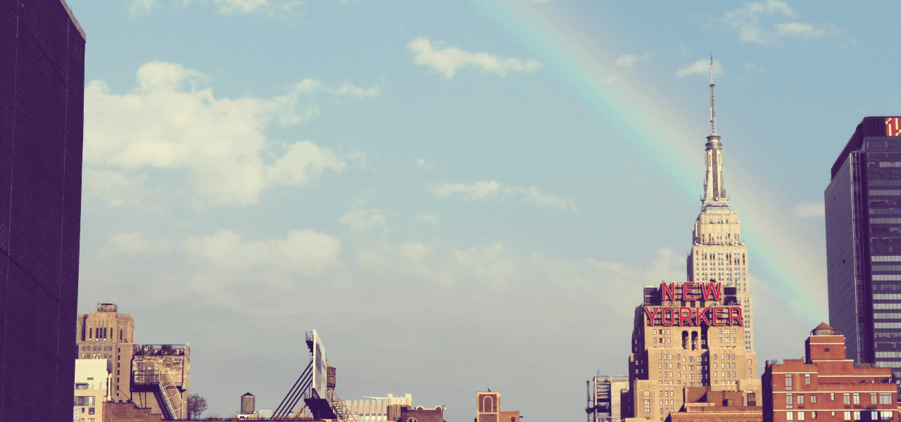 海外の街にかかる虹