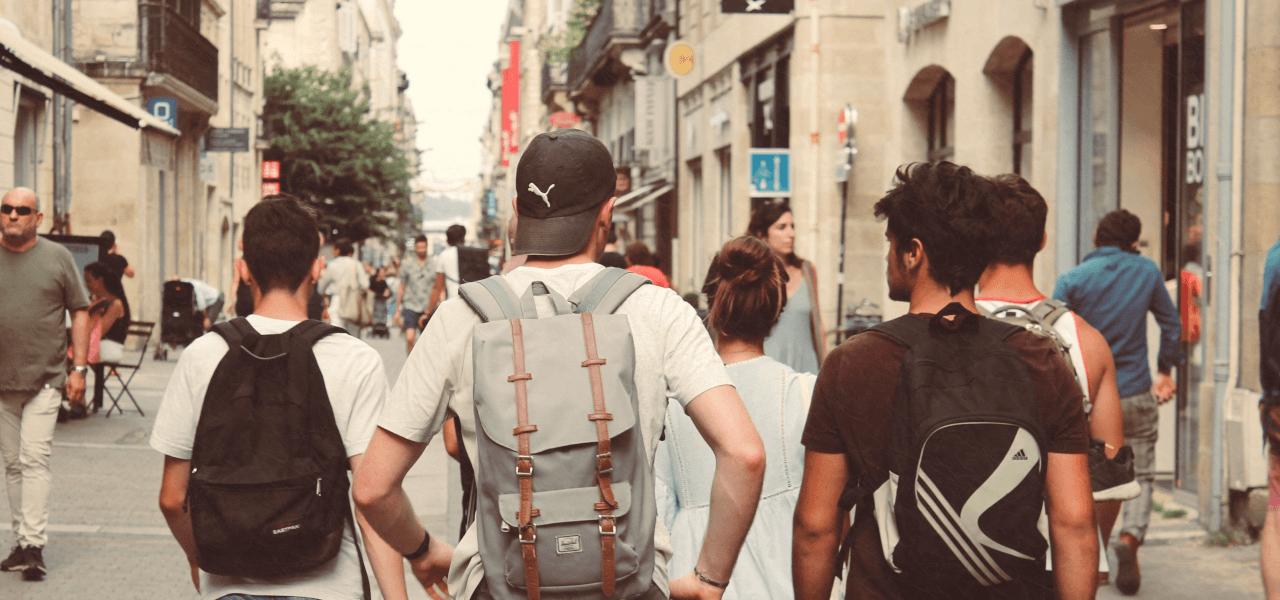 グループで街を歩く留学生