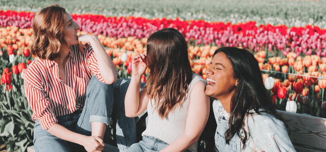 花畑で笑う高校生の女の子