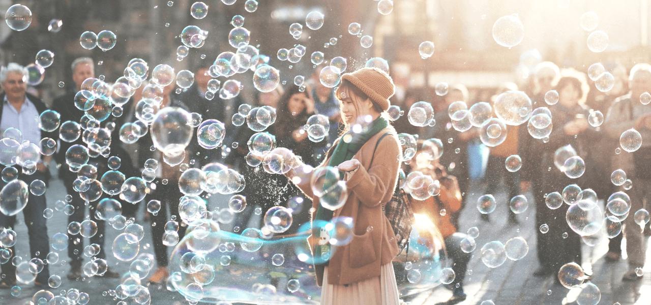 海外の街でシャボン玉を作る日本人留学生
