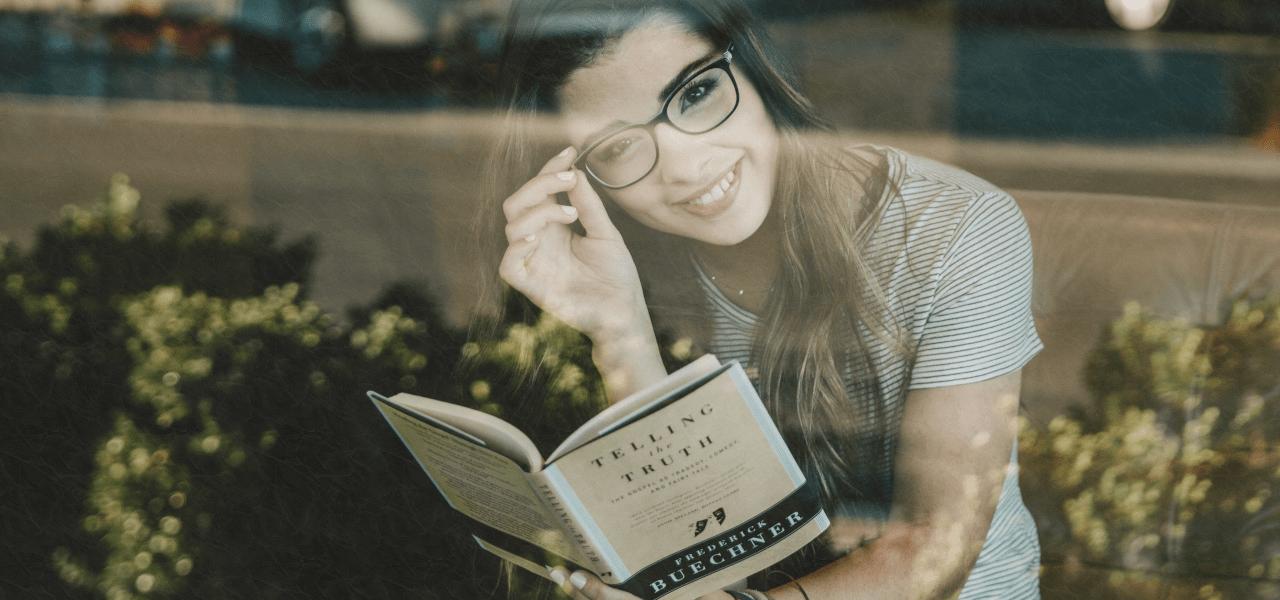 ガラス越しに写真を撮られた本を読んでいる女性