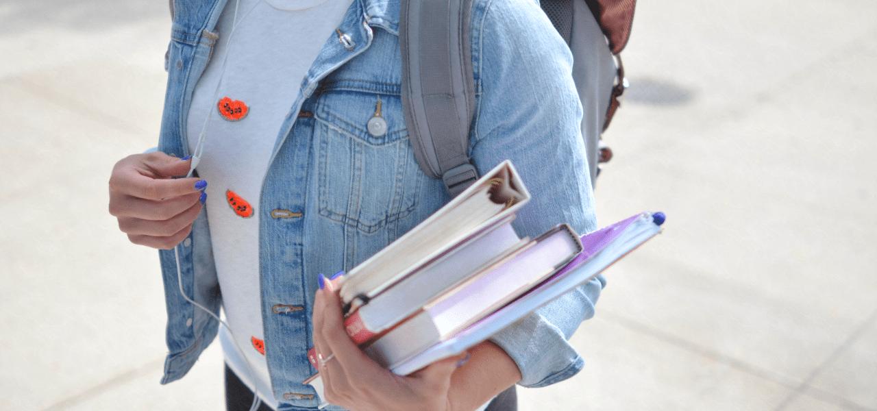 教科書を運ぶ海外の学生