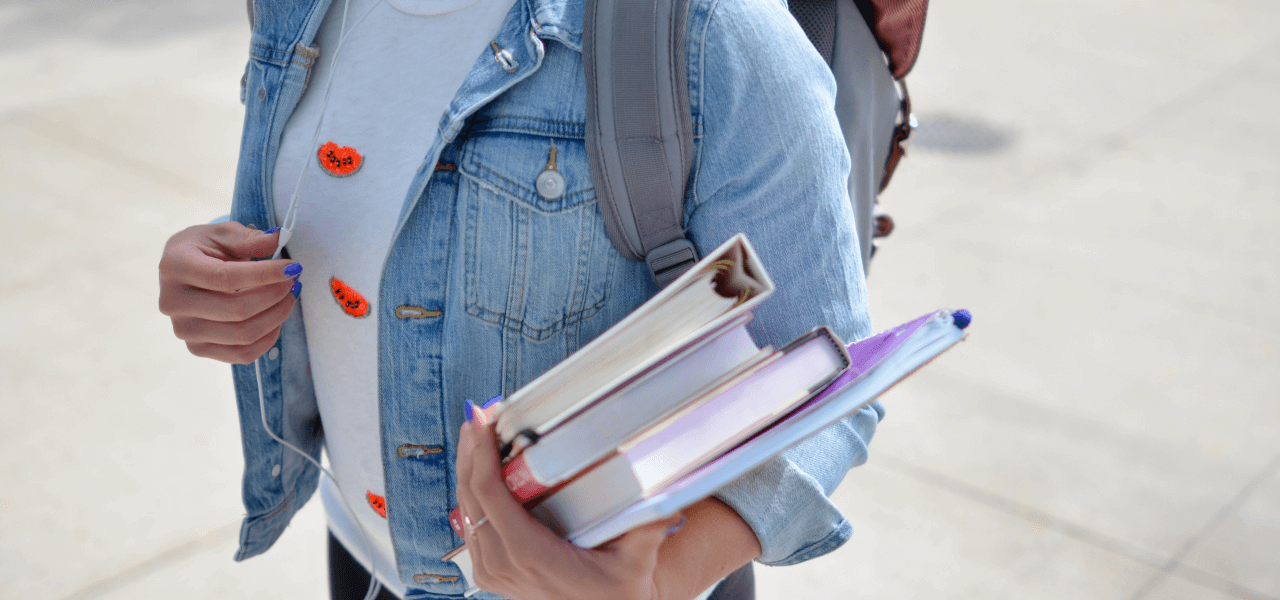 教科書を抱える海外の学生