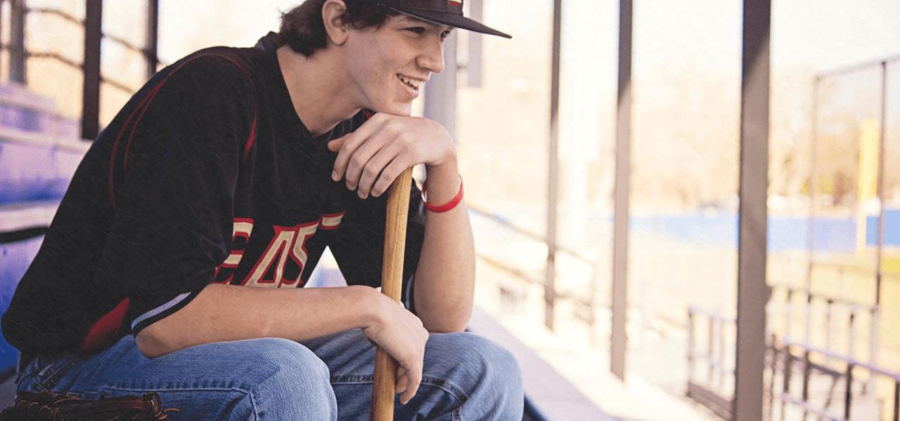 野球の試合をスタンドから見つめる海外の学生