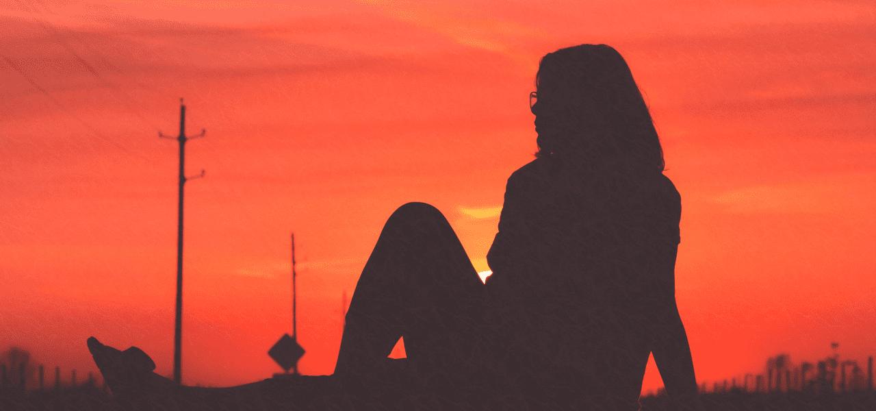 夕焼けを見つめる外国の女性