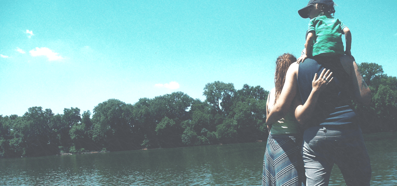 家族での湖での一枚
