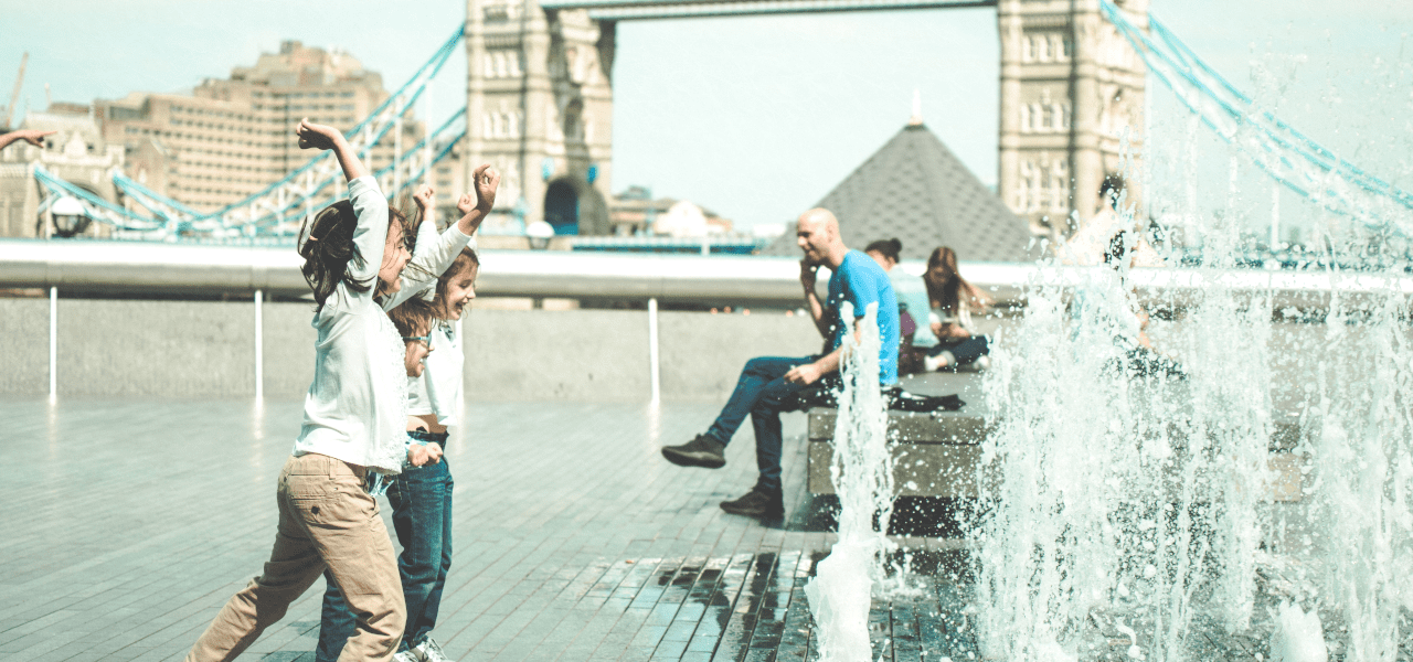 噴水で戯れる海外の小学生