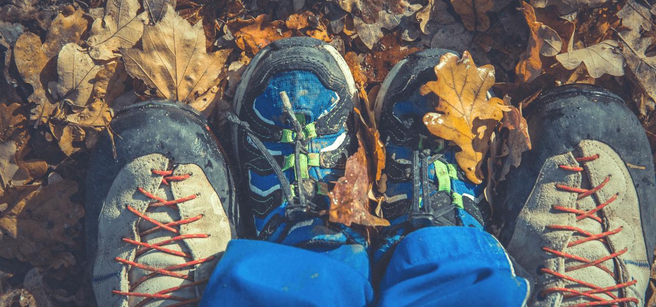 お父さんと子供の靴の大きさを比べて子供の成長を意識している様子