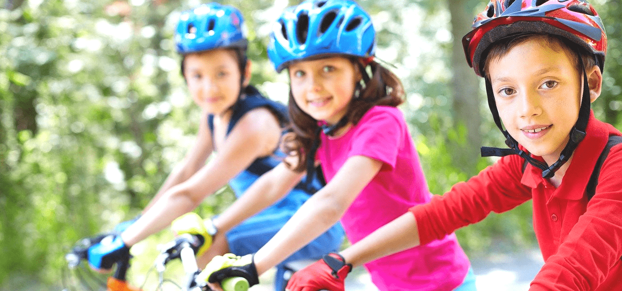 サイクリングする海外の子供たち