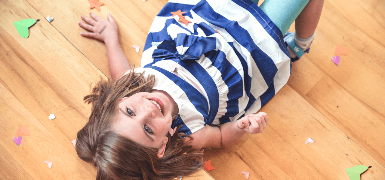 笑顔で写真に写る外国の女の子
