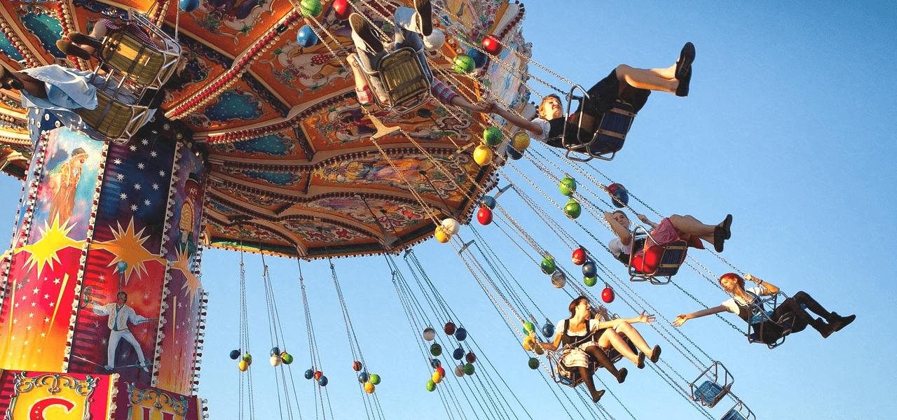 小学生が遊園地で遊んでいる