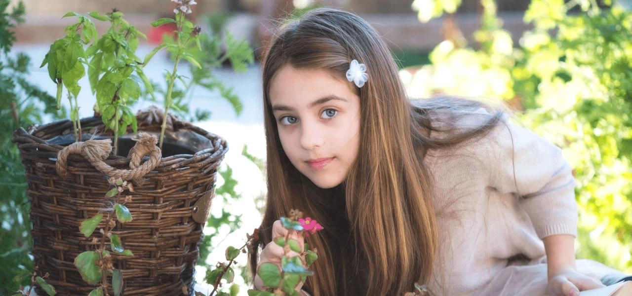 お花と一緒に映る少女